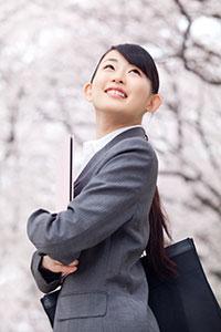 桜を見上げている女性